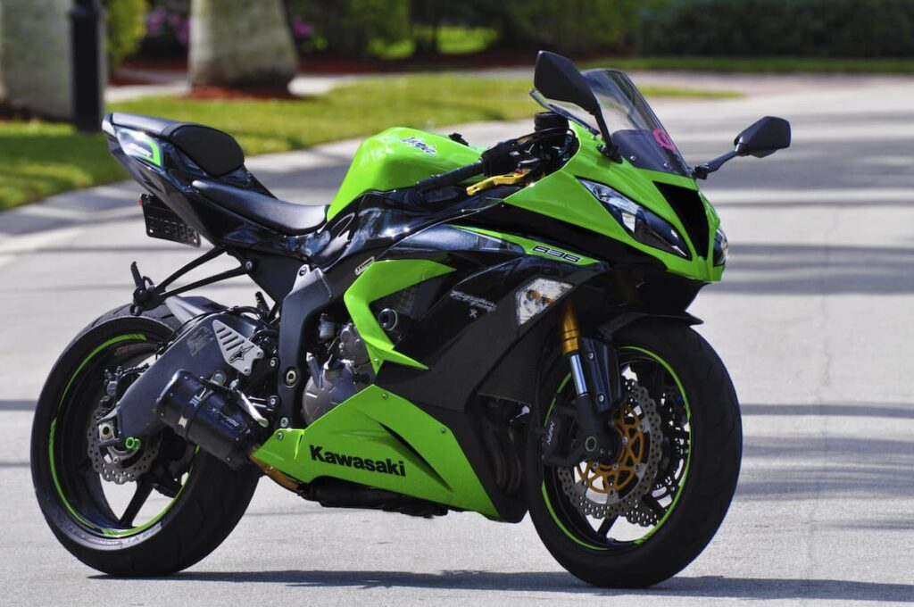 Green Kawasaki ZX-6R 636 compared with the Yamaha R1