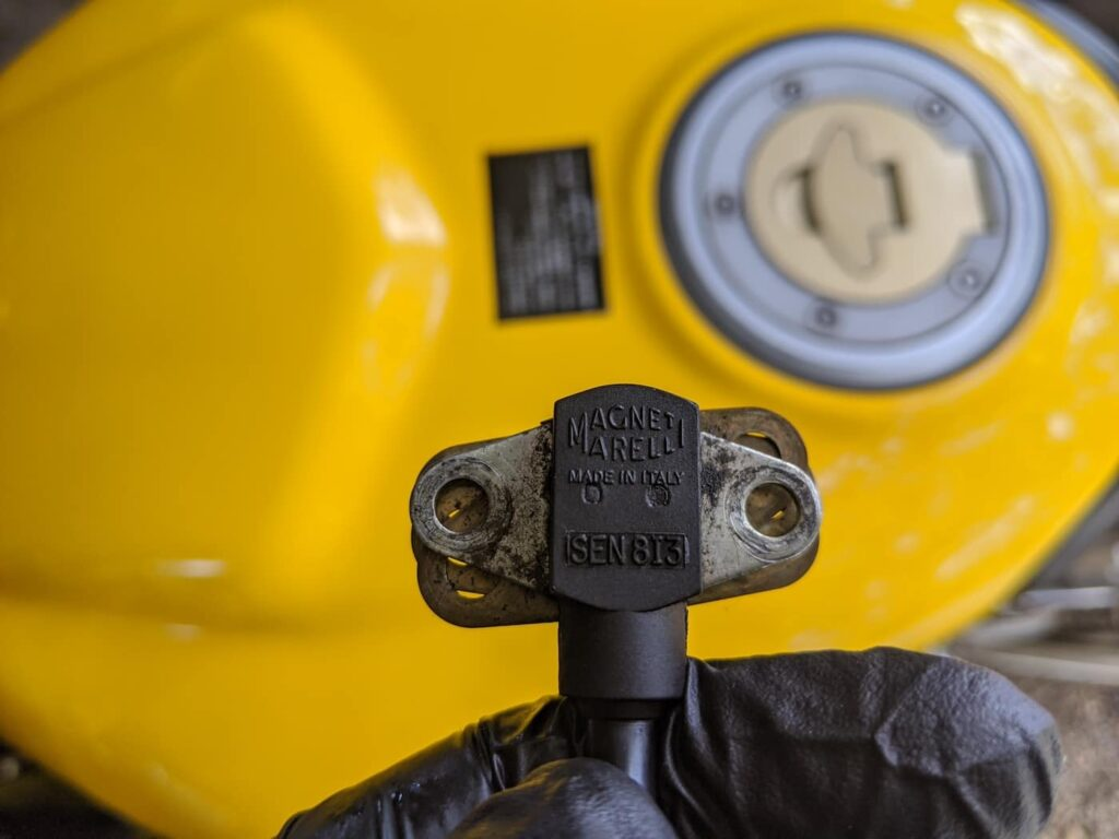 Inspecting the crankshaft position sensor on Supersport 900 - magneti marelli SEN8I3