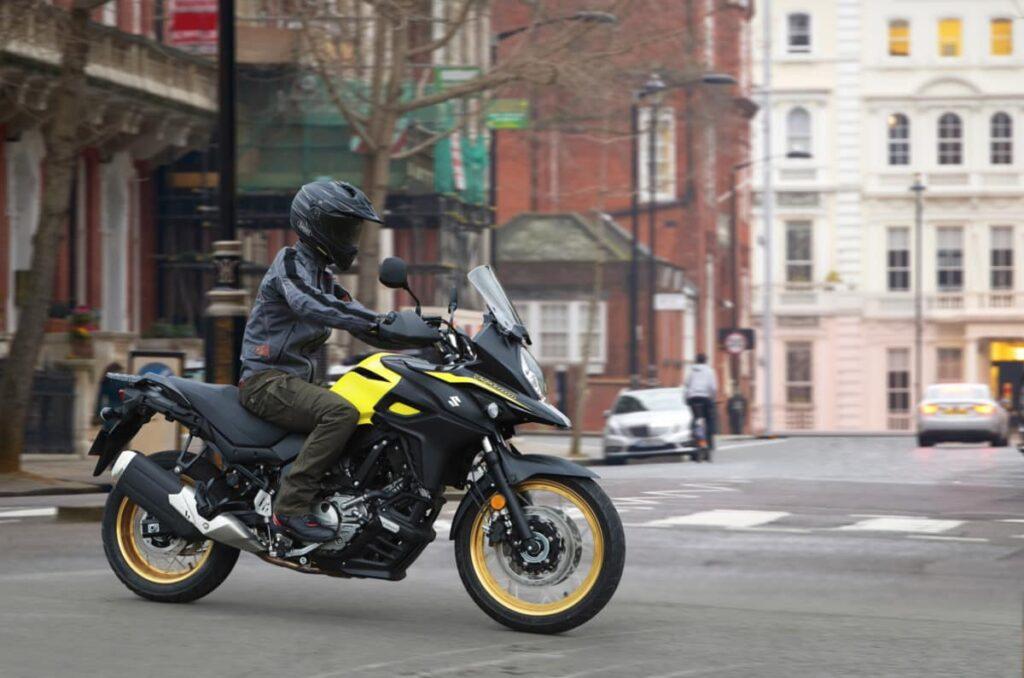 Yamaha Ténéré 700 vs Suzuki V-Strom 650 - in city streets