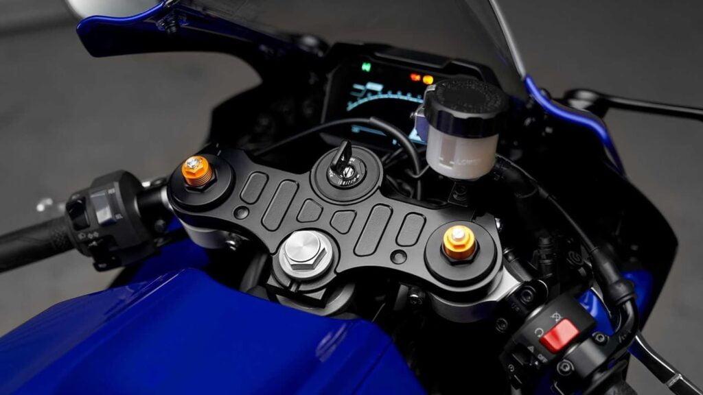 2021 Yamaha R7 cockpit and dash